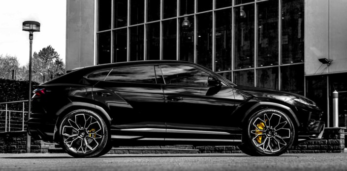 side view black urus with low suspension and 23 inch wheels